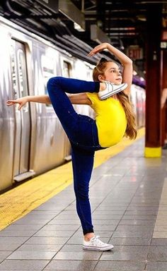 Dance Flexibility Stretches, Gymnastics Flexibility, Gymnastics Poses, Acrobatic Gymnastics, Gymnastics Workout, Gymnastics Pictures, Olympic Gymnastics, Dance Picture Poses, Dance Poses