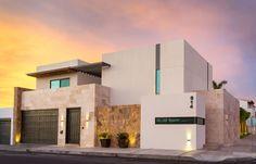 Busca imágenes de Casas de estilo moderno en blanco: Casa GM. Encuentra las mejores fotos para inspirarte y crea tu hogar perfecto.