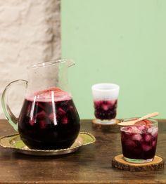 Sangria refrescante | #ReceitaPanelinha: Perfeita para receber os amigos, essa sangria tem um toque de ultrafrescor: os cubos de abacaxi vão direto do congelador para a jarra!