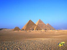 Entre as sete maravilhas da Antiguidade Clássica, o Egito é o único país que mantêm o monumento intocável, ainda existente. As três pirâmides de Gizé - Quéops, Quéfren e Miquerinos, além de conservadas, guardam toda a história de séculos atrás, quando a nação egípcia ainda era comandada pelos poderes dos faraós.
