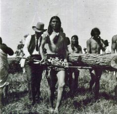 Ponca men at an annual Sundance, carrying the Sundance tree to be erected in the center of the Sundance circle - circa 1905 Native American Wisdom, Native American Photos, Native American Beading, Native American History, Native American Indians, Sioux, Historical Pictures, First Nations, Old Pictures