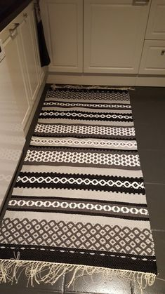Cheap Carpet Runners For Stairs Diy Carpet, Modern Carpet, Carpet Ideas, Hall Carpet, Diy Mattress, Rya Rug, Crochet Carpet, Fabric Rug, Cheap Carpet Runners