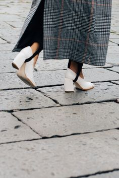 Step into the stirup trouser Will you or won't you sport this season's controversial ski-style pant? We say do (so long as there's a graphic white heel involved). Milan Fashion Week Street Style, Street Style 2016, Fashion Week 2016, Street Style Trends, Milan Fashion Weeks, Cool Street Fashion, Fashion Trends, Fashion Details, Cool Style