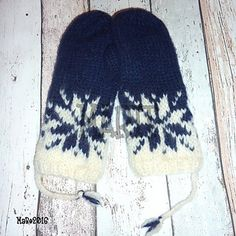 Ravelry: Februarvotter / Februar / February pattern by MaBe Norwegian Knitting, Fingerless Gloves Knitted, Slipper Boots, Mittens, Ravelry, Knitting Patterns, February, Winter Hats, Traditional