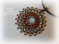 Ciondolo in tessitura di perline di boemia #pendant #handmade #seedbeads #madeinitaly #fashion #tessituradiperline #miyuki #swarovski #fashionblogger #photofashion