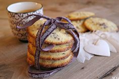 Måkeskitt er både velduftende og velsmakende julekaker med masse smør, mørk sjokolade og nøtter. De smelter umiddelbart idet de treffer tunga og baker du disse vil du garantert begeistre både store og små ganer hele jula gjennom. Crackers, Biscuits, French Toast, Cookies, Baking, Drinks, Breakfast, Christmas, Food