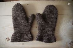 Early medieval viking mittens reconstruction from Iceland. Made with lopi.