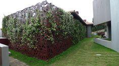 30/10/2014 -La scultorea scala in rame TECU® Classic forato dall'elegante design è il fulcro di Villa Mallorca, una residenza p
