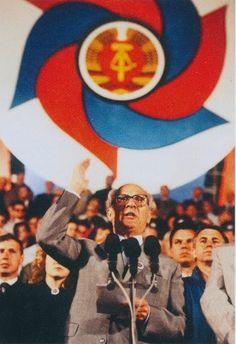 Staatsrats- und Parteivorsitzender Erich Honecker während  einer Rede auf dem FDJ-Festival in Ostberlin, Pfingsten 1989