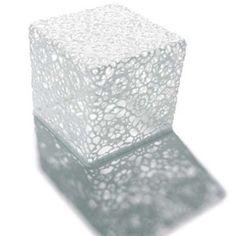 Crochet est une table imaginée par Marcel Wanders pour Moooi. Le designer hollandais défit les matériaux et utilise toutes les capacités du coton. Retrouvez ce produit sur Voltex.fr.