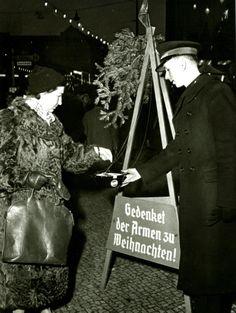 """""""Gedenket der Armen zu Weihnachten"""" – Heilsarmee-Weihnachtssammlung in der Schlossstraße im Jahr 1958 #redkettle"""