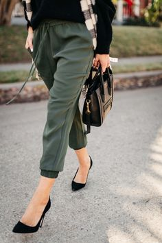 Fall Looks : Picture Description green joggers, black sweater, checkered scarf and Jogger Pants Outfit Dressy, Black Joggers Outfit, Black Sweater Outfit, Green Joggers, Dressy Outfits, Fashion Outfits, Fashion Trends, Black Women Fashion, Womens Fashion