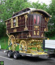 Home on wheels Vardo Gypsy Trailer, Gypsy Caravan, Gypsy Wagon Interior, Alice In Wonderland Illustrations, Horse Drawn Wagon, Gypsy Style, Bohemian Style, Gypsy Life, Interior Styling