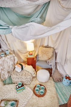 sleepover forts An Interior Designers Tips for Building an Awesome Indoor Fort Fort Fantasy Indoor Forts, Kids Fort Indoor, Indoor Playground, Sleepover Fort, Fun Sleepover Ideas, Living Room Fort, Indoor Movie Night, Cool Forts, Awesome Forts