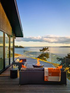 【焚き火台と暖炉付き】開放的なテラスの屋外リビング・ダイニングのあるビーチハウス | 住宅デザイン