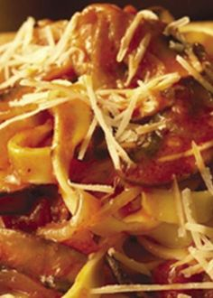 Fettucine com tomate e cogumelos