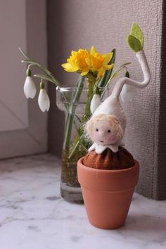 Dieses Blumenkind wird von mir in liebevoller Handarbeit hergestellt. Es ist als Dekoration z.b. für den Jahreszeitentisch bestens geeignet.Es besteht haupsächlich aus Wollfilz.Der Kopf besteht aus...