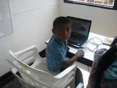 Bibliotecas Vivas por todo el país y para todos! Biblioteca Pública de Belén de Umbría - Risaralda, Colombia. Aquí los niños indígenas están tomando clases de alfabetización digital!!!