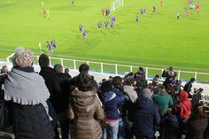 Allenamento a porte aperte oggi pomeriggio allo stadio per la Fiorentina. E i tifosi hanno risposto in massa. Erano in un migliaio sugli spalti, ...