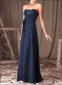 Schlicht-elegantes dunkelblaues Abendkleid mit Raffung.