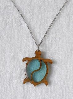 Turtle-shaped wood and resin necklace - Pendants - Turtle-shaped oak wood pendant with transparent and crystalline epoxy resin. Wooden Jewelry, Resin Jewelry, Jewelry Crafts, Diy Resin Art, Diy Resin Crafts, Wood Necklace, Resin Necklace, Epoxy Resin Wood, Resin Furniture