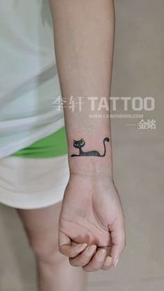 Il gattino Tattoo - tattoo tatuaggio del fumetto fascino moda ora, freschi giovani uomini e donne a perseguire lo stile di vita, la ricerca di individualità, e la ricerca della qualità, la moda del tatuaggio banderuola bellezza che animali di piccola taglia, chincaglieria, piccolo tatuaggio che rappresenta personale stile popolare urbana prima linea del trend.  Diventa il il tatuaggio di Pechino appassionati segno fashiontattoo.