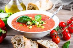Gazpacho natural: consejos y variantes | EROSKI CONSUMER. Receta original del gazpacho, trucos de elaboración y algunas variedades muy originales de esta sopa fría típica andaluza