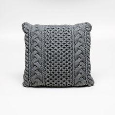 Para compor um ambiente contemporâneo, esta almofada na cor cinza se torna uma peça coringa, combinando com todos os outros itens da decoração sem perder o requinte e a elegância. É artesanal no formato quadrado clássico, possui capa removível, confeccionada em fio 70% algodão antialérgico com detalhe entrelaçado em tricô e a parte central trançada, a outra face lisa em suede. #Almofada #LojaSoulHome