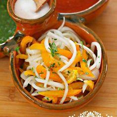Para los amantes de las salsas picosas, esta receta de Chiles Manzanos curtidos con Cebolla es para ti. Súper fácil de preparar.