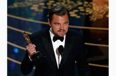 主演男優賞を受賞したレオナルド・ディカプリオ。「レヴェナント」のスタッフだけでなく、恩師マーティン・スコセッシにも感謝の言葉を述べた Photo: ロイター / AFLO