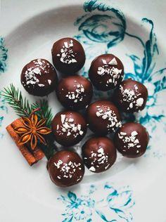Cashew- och dadelbollar doppade i mörk choklad - Evelinas Ekologiska