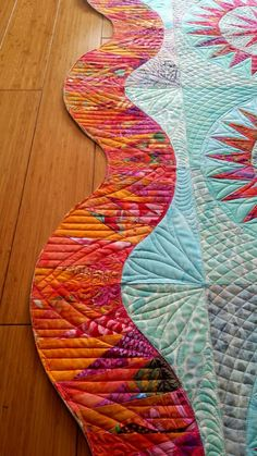 Quilt with a wavy border. Skip the traditional straight border on you next project and go with waves. Machine Quilting Designs, Quilting Projects, Quilting Ideas, Modern Quilting Designs, Quilt Designs, Quilting Tutorials, Quilt Binding, Quilt Stitching, Longarm Quilting