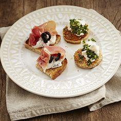 Herkullisen mausteiset pinchot syntyvät yhdistämällä Serrano-kinkkuun paahdettuja oliiveja tai vuohenjuustoon chimichurri-kastiketta. Näiden pinchojen innoitus löytyy Espanjasta ja Etelä-Amerikasta. Pinchot ovat mitä mainioin tarjottava illanistujaisiin ja juhliin, valitse vain tarjolle omat suosikkimakusi. Pinchot valmistuvat helposti paahdetusta Fazer Paahto -leivästä, jolle on helppo koota maistuvia suupaloja. Chimichurri, Bruschetta, Bread, Ethnic Recipes, Food, Brot, Essen, Baking, Meals