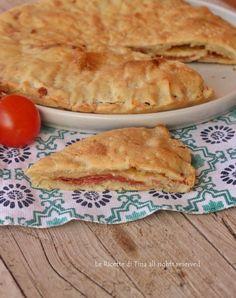 Schiacciata veloce senza lievito farcita con salame milanese e scamorza filante,una ricetta facile e saporita,pronta in 30 minuti!