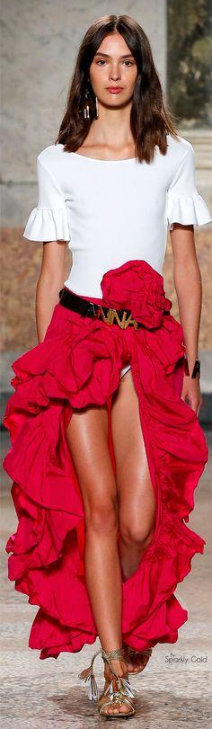 Estilo español y flamenco con  volantes, encaje negro, mucho rojo