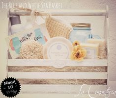 The Blue And White Spa Basket es una canstita de spa fresca y alegre con tarjeta de ocasion para el día de las madres en una hermosa canastita de madera con diseño shabby chic. Incluye mantequilla …