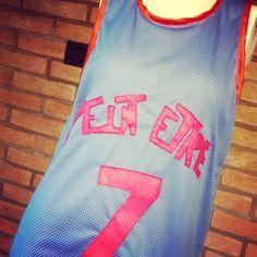 Canotta Peut-être NUOVA stile basket con jersey sotto che spunta sul fondo e tessuto traforato sopra.. Bordi a contrasto,scritta e numero in pannolenci cuciti sul davanti.