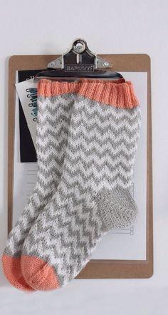 p i i p a d o o Wool socks chevron pattern - Super knitting Crochet Socks, Knitted Slippers, Wool Socks, Knitting Socks, Hand Knitting, Knit Crochet, Knitting Patterns, Patterned Socks, Striped Socks