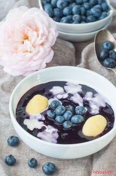 Schwedische Blaubeersuppe mit kleinen Sahnewölkchen