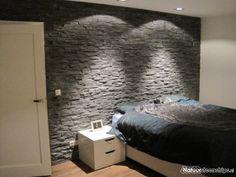 ... zwarte lei toegepast als natuurstenen achterwand in de slaapkamer