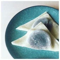 """【 生八ツ橋 (なまやつはし・namayatsuhashi) 】 A classic Kyoto souvenir. The """"raw"""" (生 nama) version is """"anko"""" (sweet azuki bean paste) wrapped in thin mochi. The baked version is like a cinnamon-flavored hard cookie. . The classic flavors for 生八ツ橋 are ニッキ (nikki = cinnamon) and 抹茶 (matcha = green tea) . When in Kyoto☺︎ . #日本語 #nihongo #japanese #japan #japanesesweets #japanesedessert #和菓子 #wagashi #生八ツ橋 #yatsuhashi #京都 #kyoto #japanesesouvenir"""