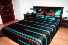 Prikrývka na posteľ čokoládovej farby s tyrkysovými pruhmi