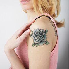 ✔ Tattoo Rose Blue Aquarellfarben – foot tattoos for women flowers Tattoos For Women On Thigh, Tattoos For Women Flowers, Shoulder Tattoos For Women, Tattoos For Women Small, Small Tattoos, Marigold Tattoo, Blue Rose Tattoos, Rose Tattoo Traditional, Hand Tattoos