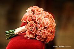 Original bouquet de rosas de color naranja. fotos de boda en Navarra