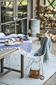 Moment de bonheur estival. Chaise au pied eiffel inspiration Eames en vente sur notre boutique en ligne. Grand choix de chaises colorées et design