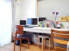 リビングの隣のお部屋を書斎にしお嬢様の机も並べていらっしゃいますS様や奥様がパソコンを使ったり書類をつけたり横で一緒に並んでお勉強しているとのことです 親子で会話を楽しみながらお勉強出来そうですね