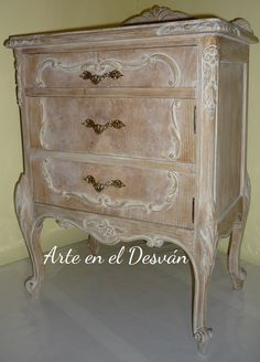 At the request of a reader goes this step by step on the process used to give an aging effect to this bedside table in the Furniture Restoration, Restoration Hardware, Recycled Furniture, Painted Furniture, Boho Chic Bedroom, Mid Century Modern Furniture, Dresser Drawers, Unique Home Decor, Cozy House
