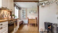 FØR: Kjøkkenet var hvitt, med furugulv og liten vedovn. Kitchen Cabinets, Table, Furniture, Design, Home Decor, Scale Model, Decoration Home, Room Decor, Cabinets