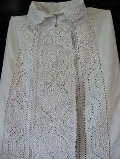 Karádi hímzés / Hungarian embroidery from Karád, county of Somogy.  Amit a karádi hímzésről tudni érdemes: Az eredeti karádi hímzés fehér alapon fehér fénytelen fonallal készült, csak az 1930-as, 40-es években kezdték el színessel varrni. Mindig csak egy színnel! Ezek közül a legismertebb az aranysárga, de volt zöld vagy piros is. Viszont az eredeti karádi hímzés szín a fehér. Az öltéstechnikák leggyakoribb fajtái a lapos hímzés, a lyukhímzés, valamint a száröltés és megtalálható még a…