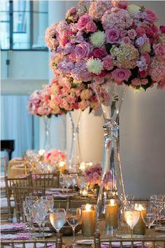 Para fugir do tradicional veja como sugestão a decoração de uma festa de casamento nos tons de rosa e vários elementos dourados. Puro luxo!